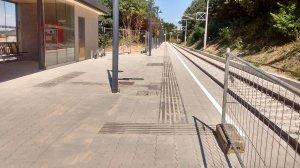 ÖBB Haltestelle von vorne mit Automat 4.9.2016 und Bahnsteig 4
